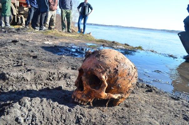 В Великом Устюге после наводнения размыло кладбище