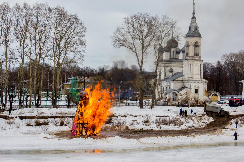 Гигантские блины, канат и топоры: в Вологде отпраздновали Масленицу
