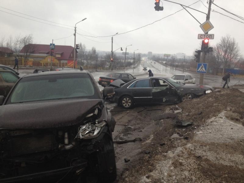 В Череповце столкнулись 4 машины: есть пострадавшие