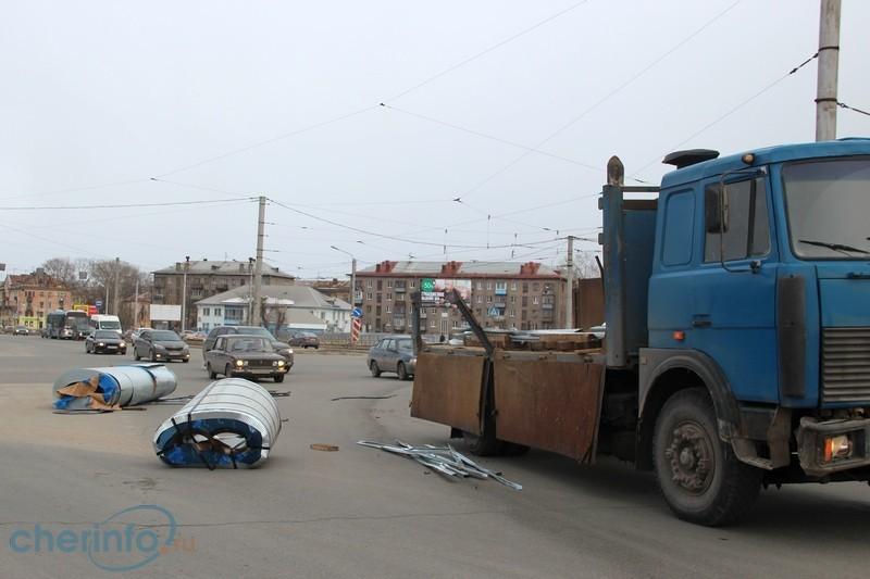 В Череповце из грузовика на ходу вывалились рулоны с металлом