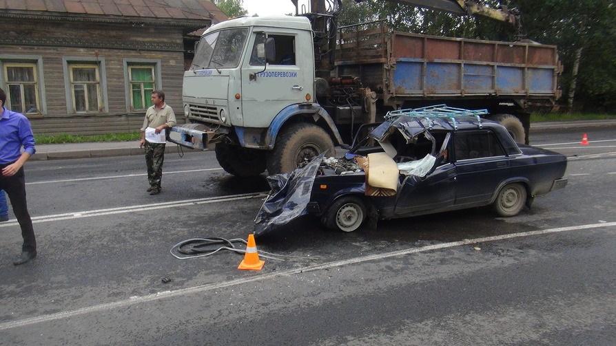 В Вологде водитель ВАЗа погиб при столкновении с КамАЗом