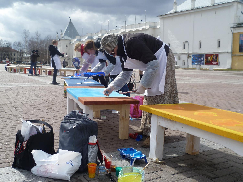 Более десятка деревянных лавок раскрасили на Кремлевской площади в Вологде