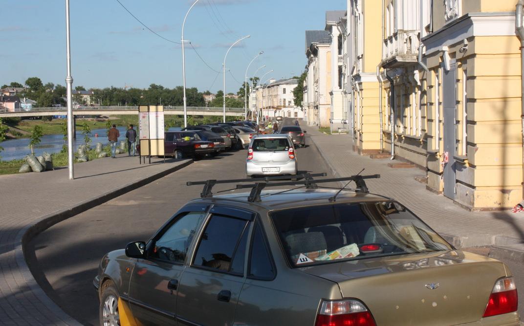 Пречистенская набережная в Вологде стала пешеходной зоной, но водителей это не останавливает