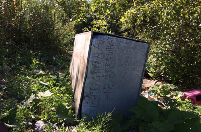 Брошенные цинковые гробы обнаружили в гаражах в Вологде