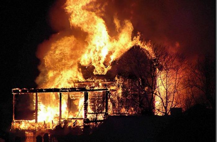 Деревянный дом сгорел под Вологдой: погибли два человека