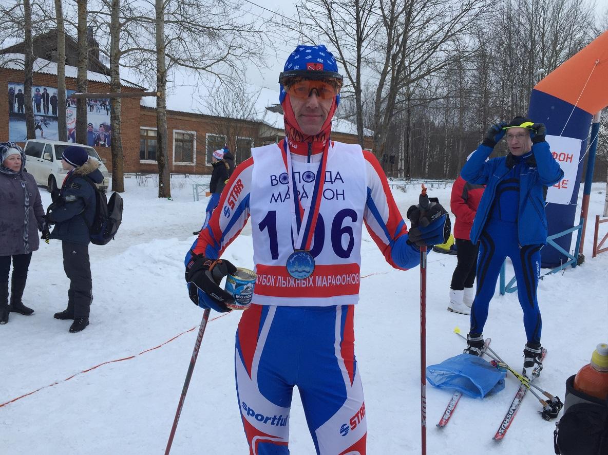 Лыжник из Сокола подарил участникам марафона по банке сгущенки