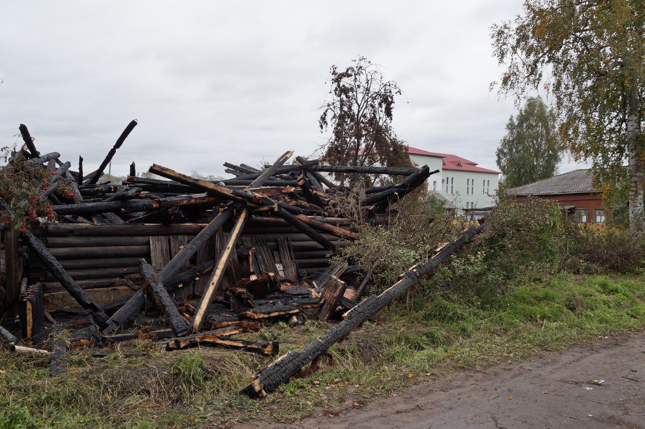 В Тотьме сожгли еще один расселенный дом, не снесенный вовремя