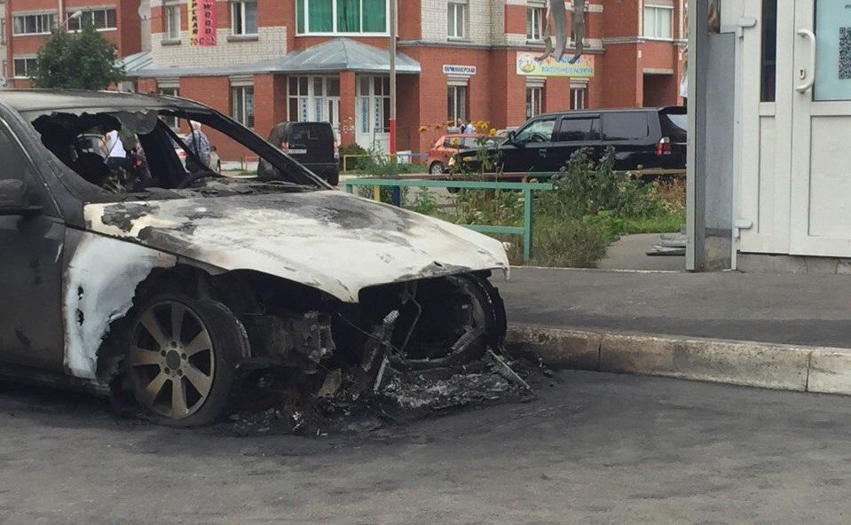 """В жилом комплексе Говорово в Вологде подожгли """"Mercedes-Benz"""""""