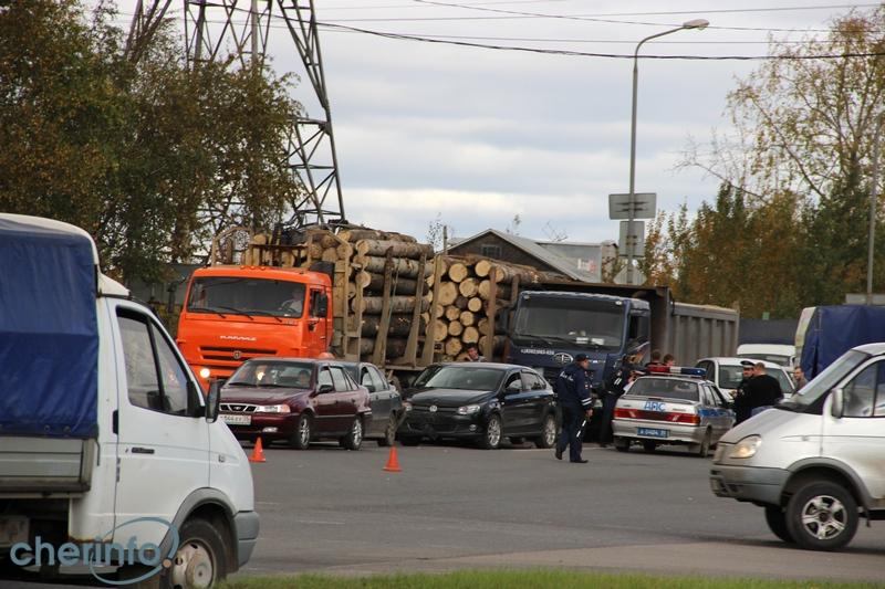 У самосвала в Череповце отказали тормоза: ДТП собрало 8 машин