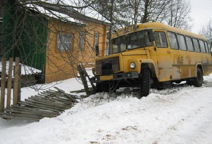 Подросток, сбитый школьным автобусом в Вологодской области, находится в тяжёлом состоянии