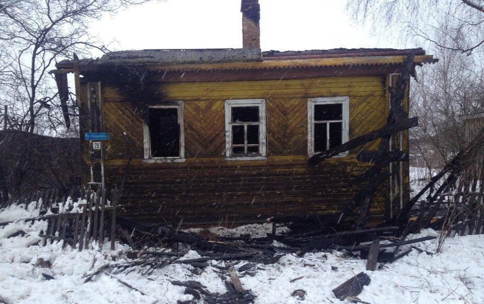 В Вытегре пожарные вынесли из горящего дома 79-летнюю пенсионерку
