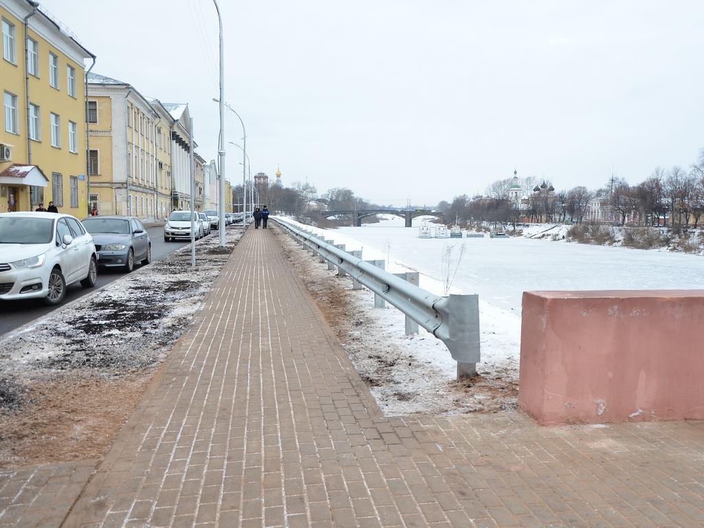 В Вологде завершили благоустройство набережной у пешеходного моста