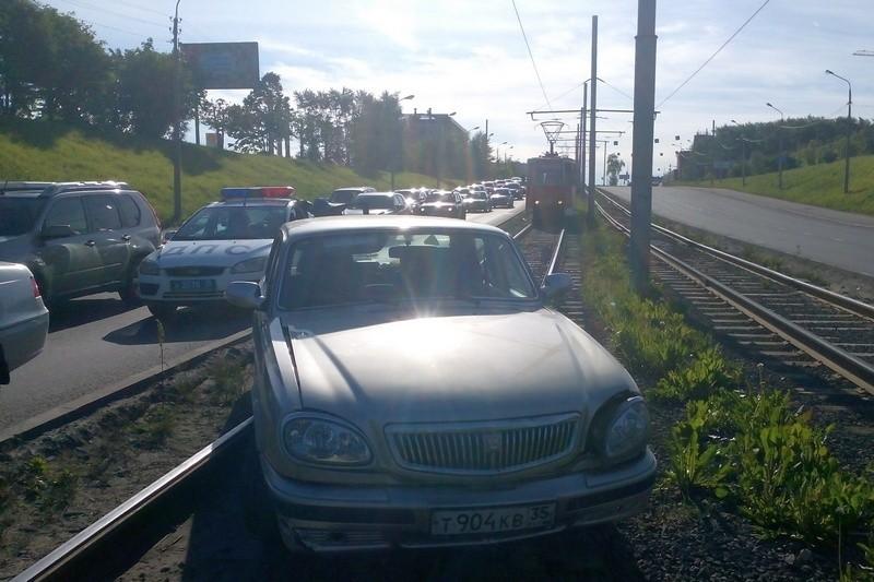 В Череповце «Волга» вылетела на трамвайные пути