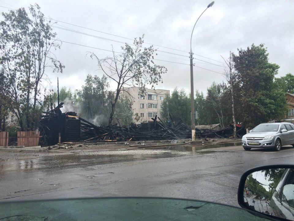 Прокуратура требует от администрации Вологды разобрать завалы сгоревшего еще летом дома