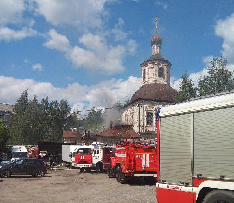 В Вологде загорелась недействующая Владимирская церковь