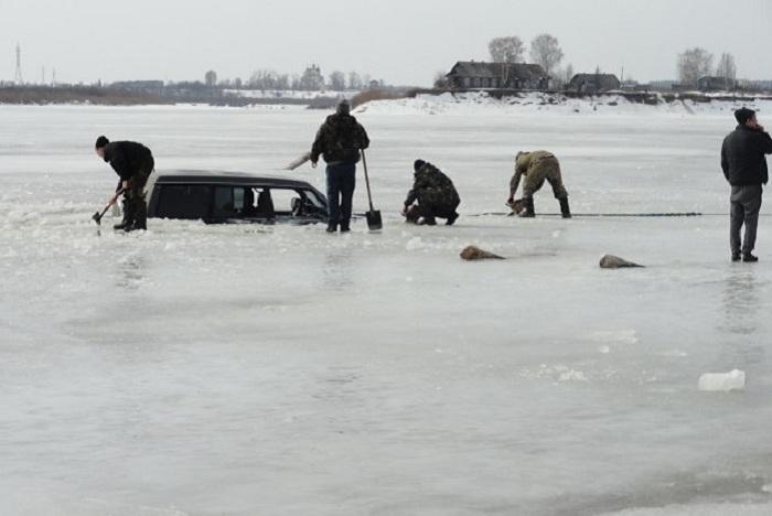 В Вологодской области два автомобиля провалились под лёд