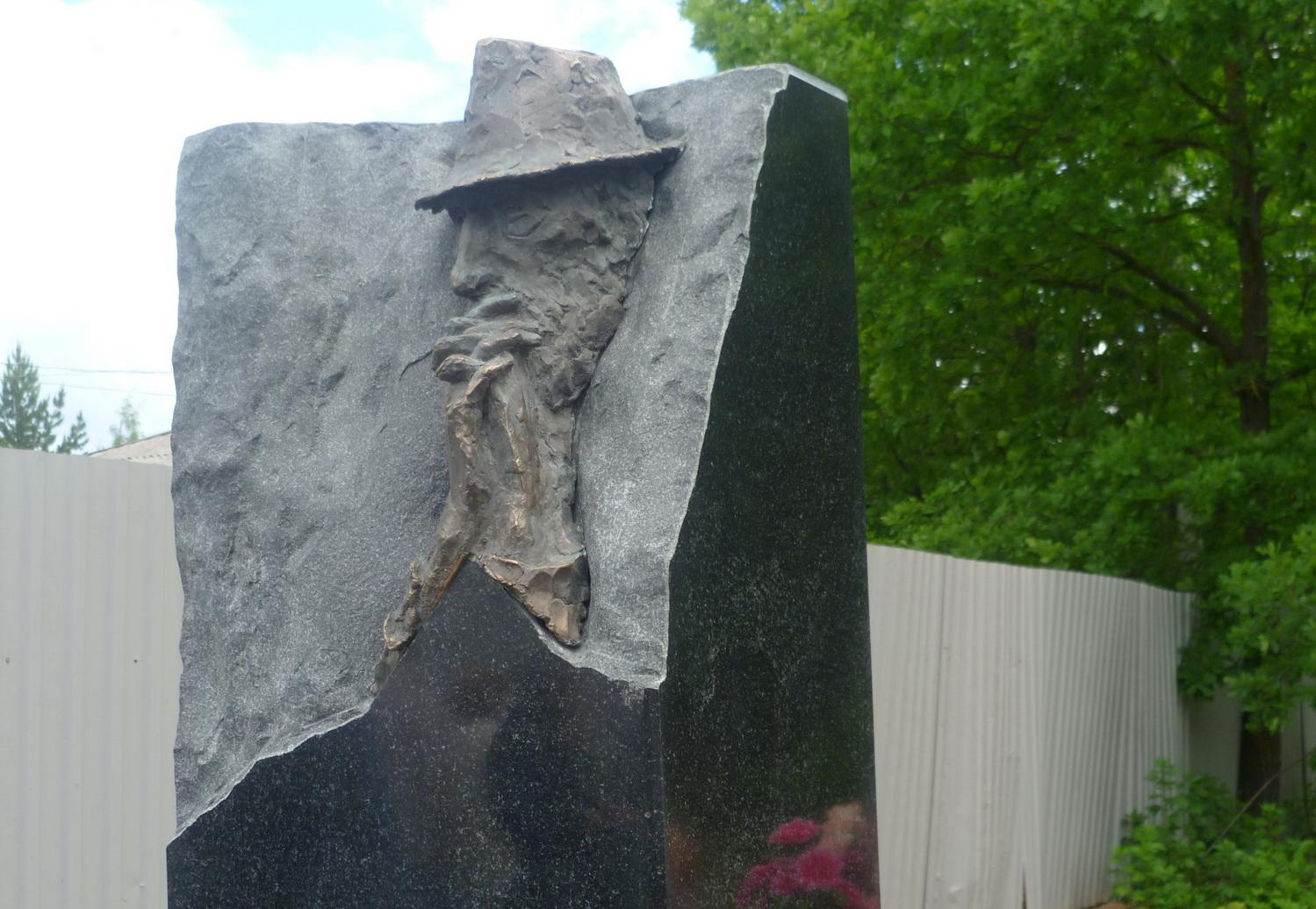 Надгробный памятник Владимиру Корбакову открыли на Пошехонском кладбище в Вологде