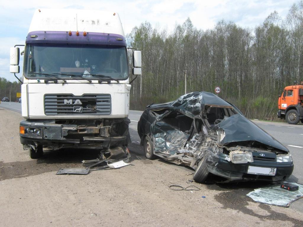 На трассе Вологда-Новая Ладога столкнулись четыре автомобиля