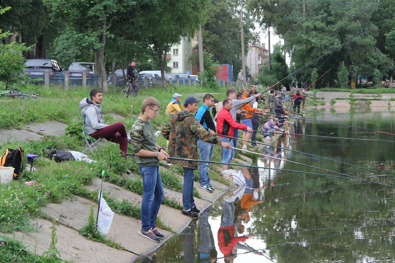Больше килограмма рыбы наловил в пруду Вологды победитель областного турнира