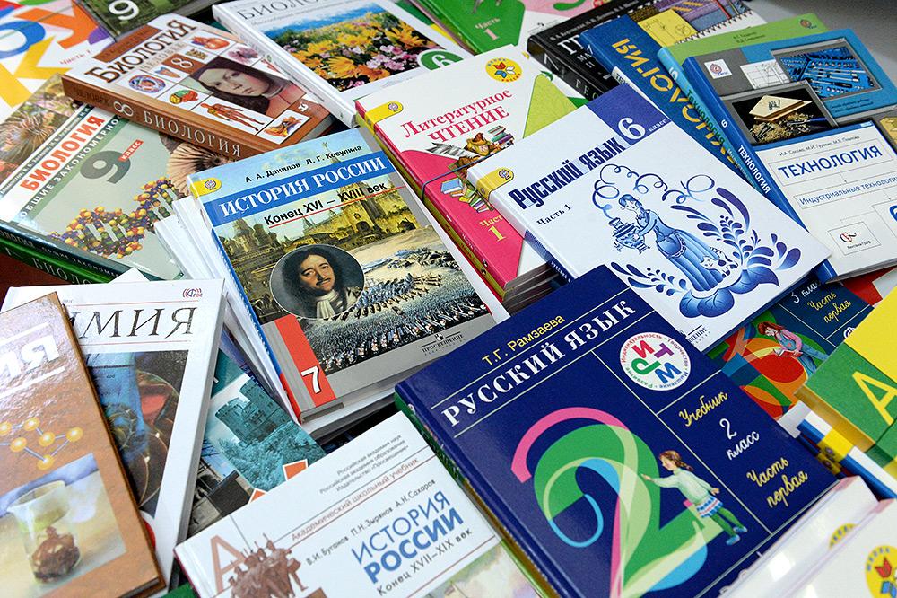 Вологжане получили ответ из Рособрнадзора: учебники и рабочие тетради должны выдавать бесплатно