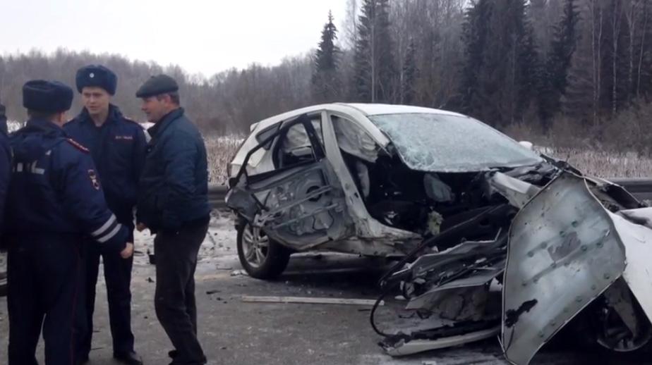 На трассе под Череповцом машину при обгоне вынесло на встречку: пострадали трое