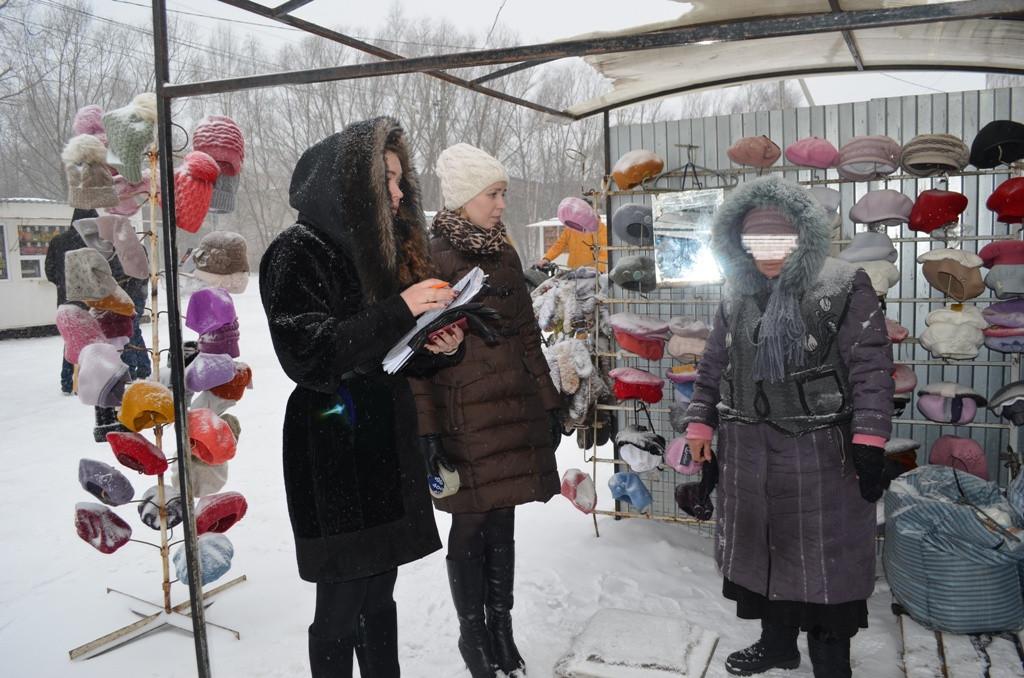 На городском рынке на Костромской в Вологде приставы арестовали шапки