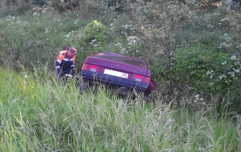 В Соколе водитель без прав опрокинул машину в кювет