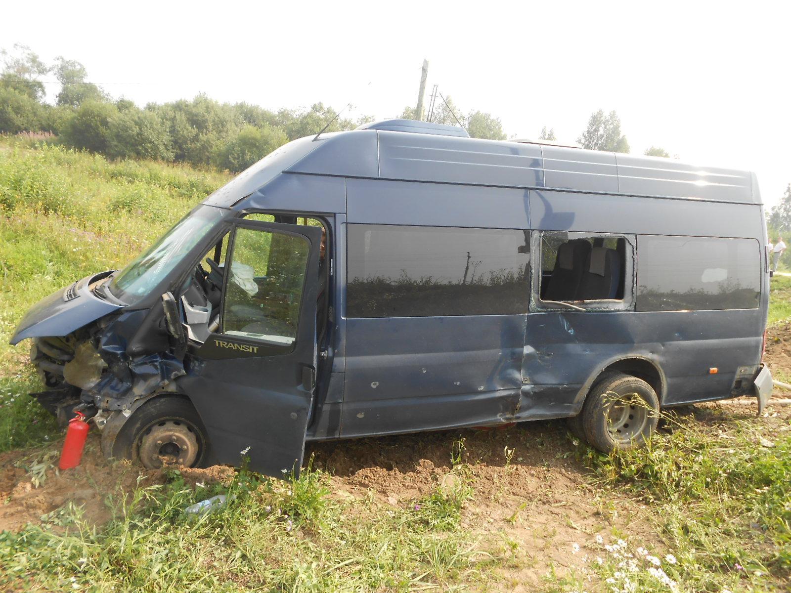 В Кирилловском районе иномарка врезалась в пассажирский микроавтобус: двенадцать человек получили травмы