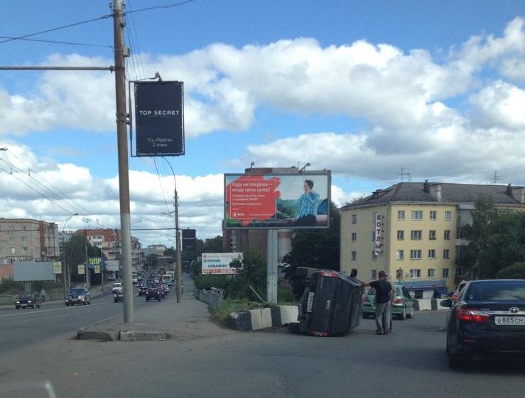 Внедорожник перевернулся в Вологде