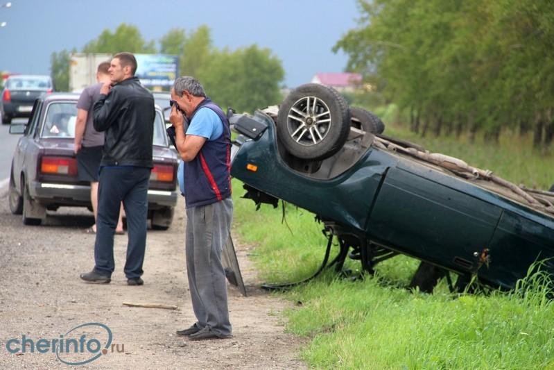 Легковой ВАЗ перевернулся после ДТП на выезде из Череповца
