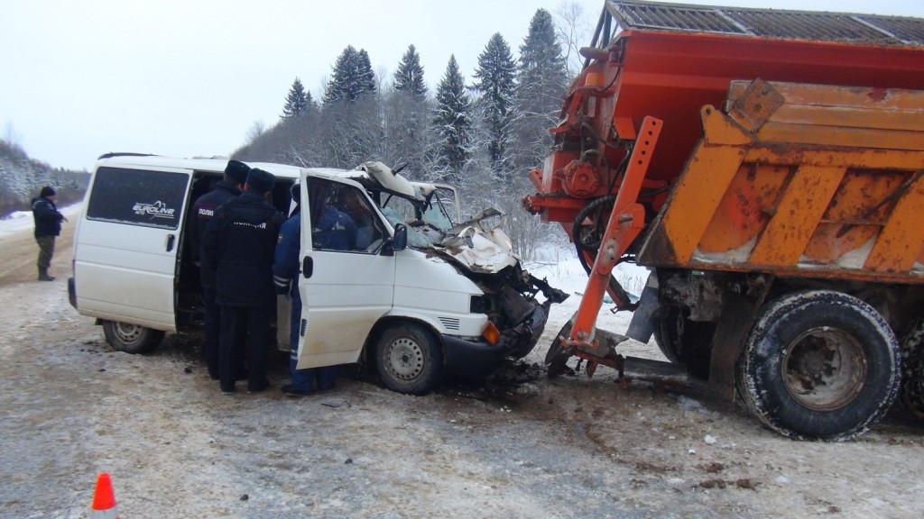 Семь человек разбились вмикроавтобусе надороге Чекшино-Тотьма-Никольск