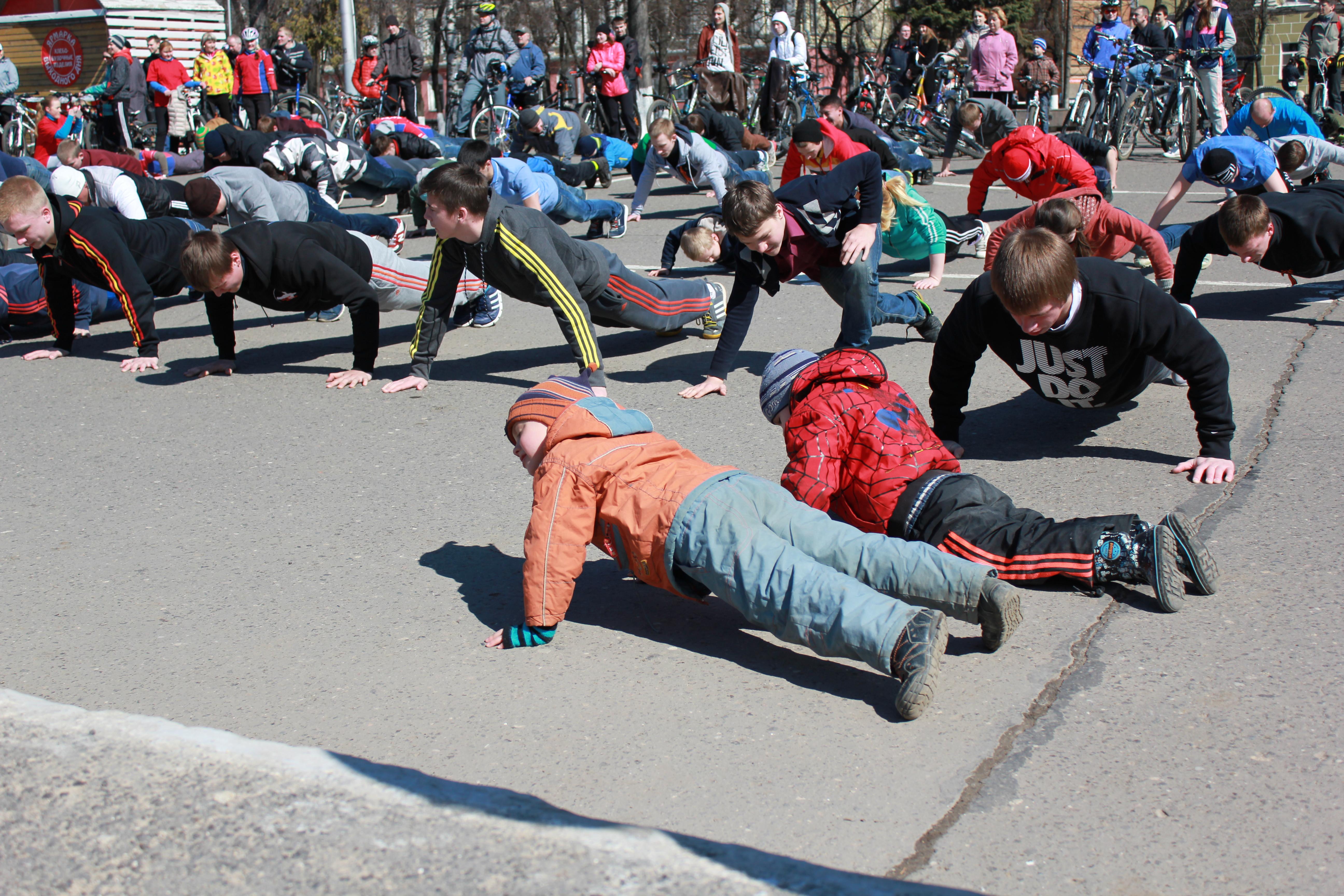 Вологжане отжались 25 тысяч раз на площади Революции