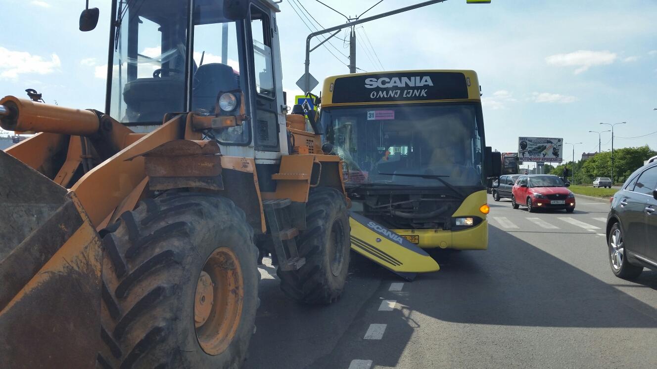 В Череповце столкнулись трактор и пассажирский автобус
