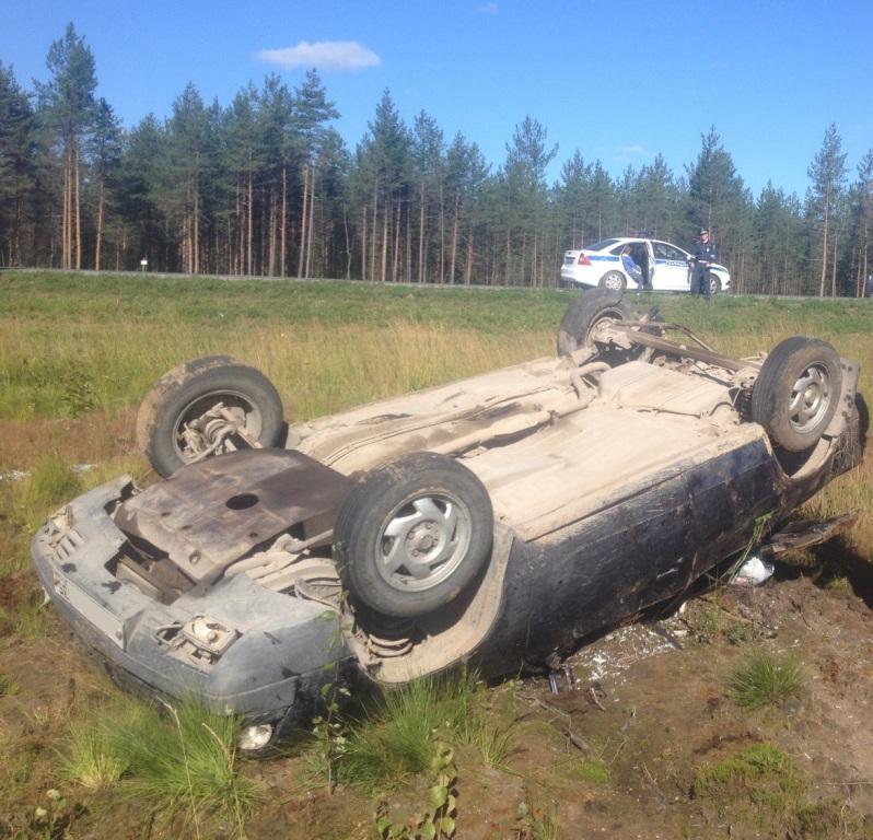 Автомобиль перевернулся на трассе в Вологодской области
