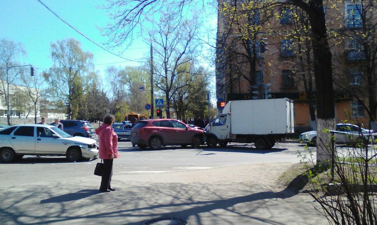 Три автомобиля столкнулись на перекрестке в Вологде