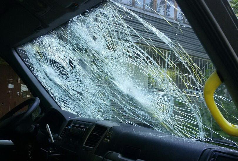 В Череповце пьяный мужчина забросал камнями машину «скорой помощи»