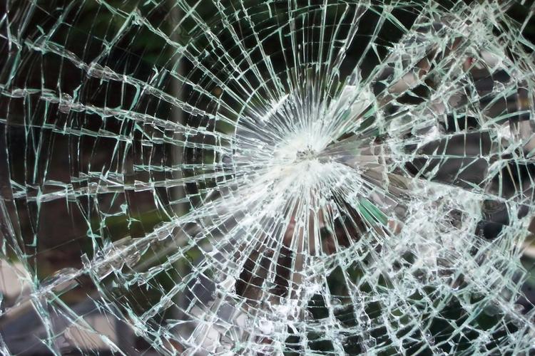 В Вологде разозленный водитель иномарки, которому заблокировали проезд, разбил стекло автобуса