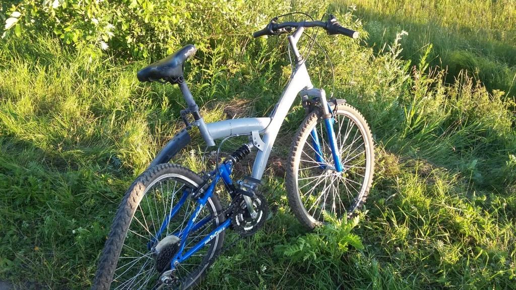 Под Вологдой автомобиль сбил школьника на велосипеде: мальчик в реанимации