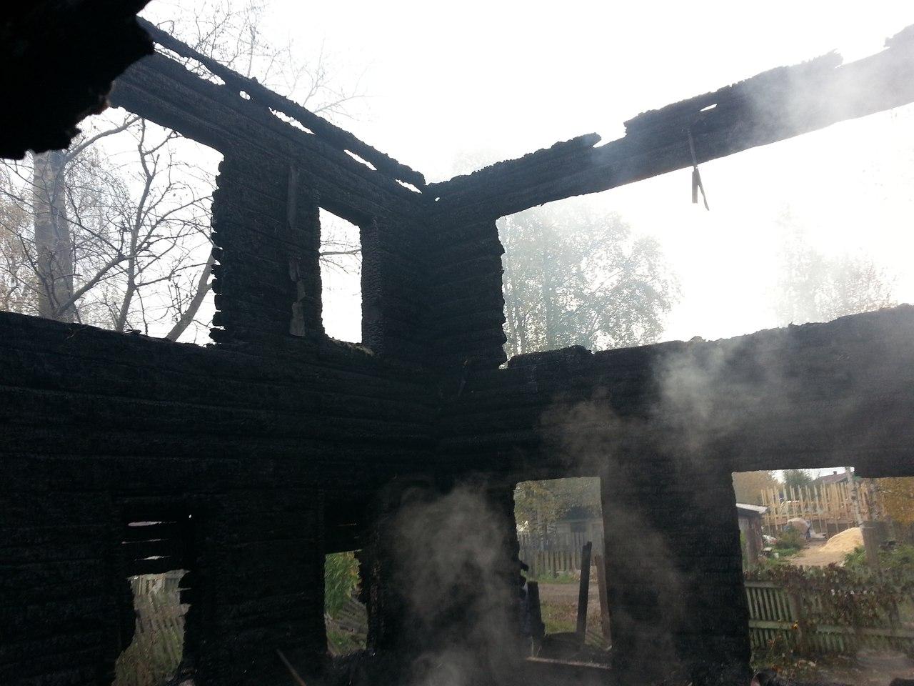 Спасаясь от пожара в вологодской деревне, люди вылезали через окна