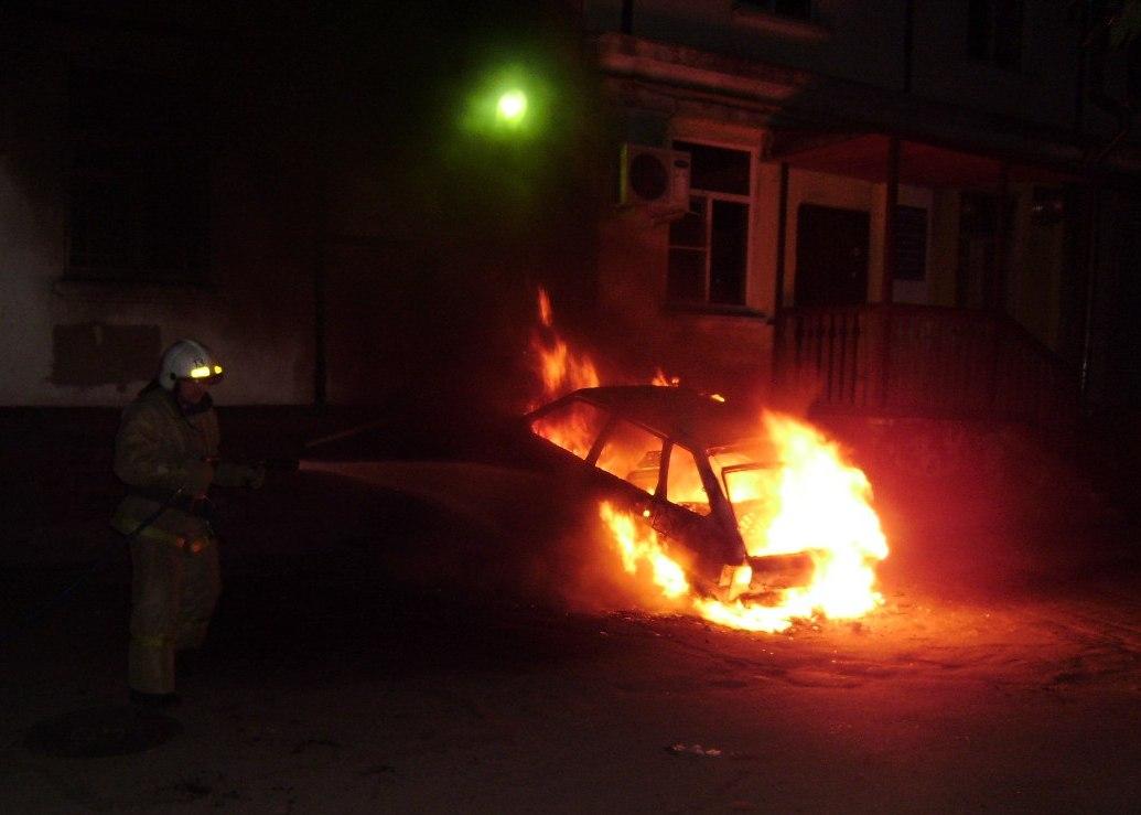 Горящий автомобиль въехал в жилой дом в Череповце