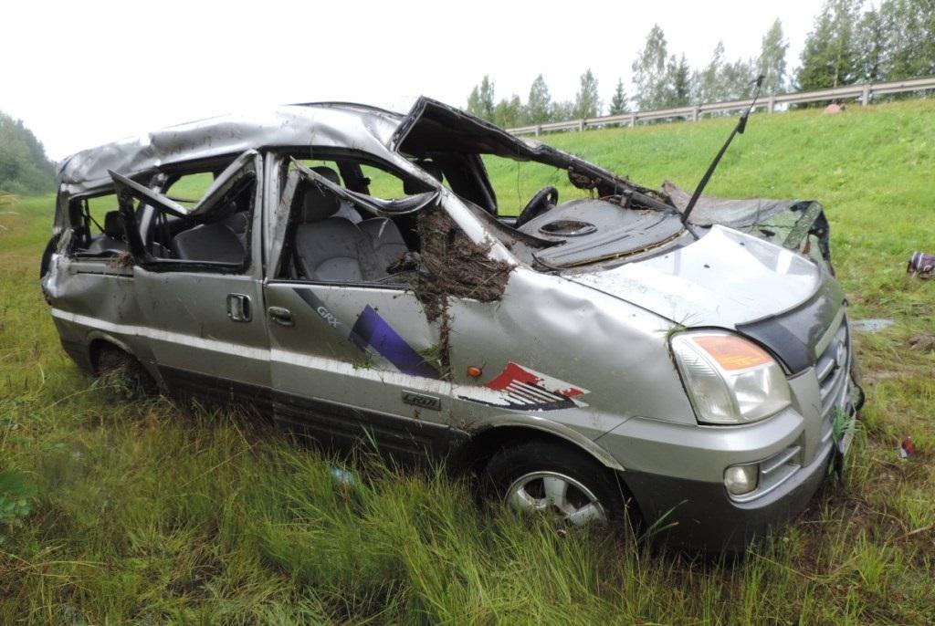 Микроавтобус, перевозивший пассажиров из Великого Устюга в Вологду, опрокинулся в кювет