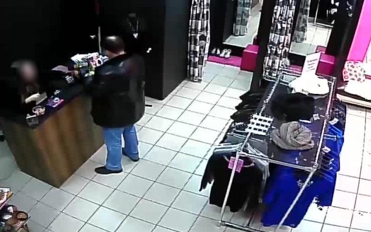 В Вологде и Соколе аферист-фокусник обманул продавцов в пяти торговом центре