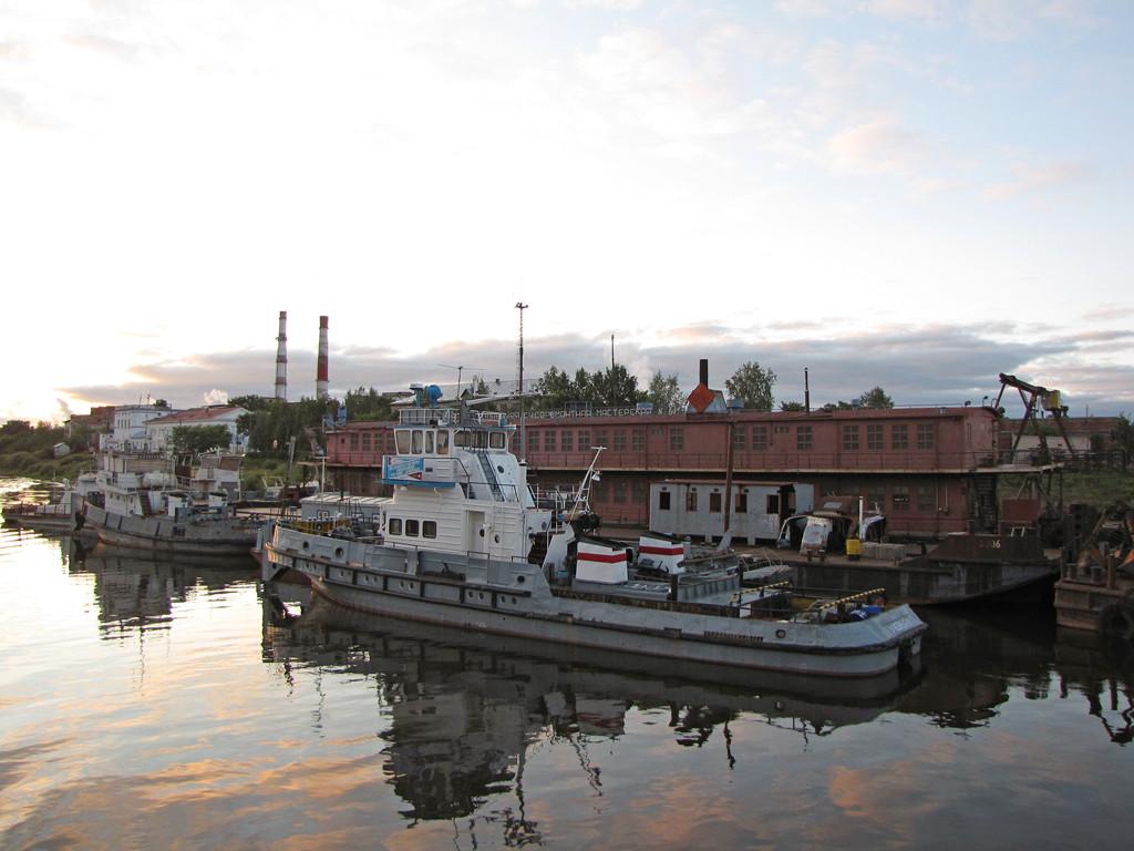 Три речных судна арестовали судебные приставы в сокольском порту