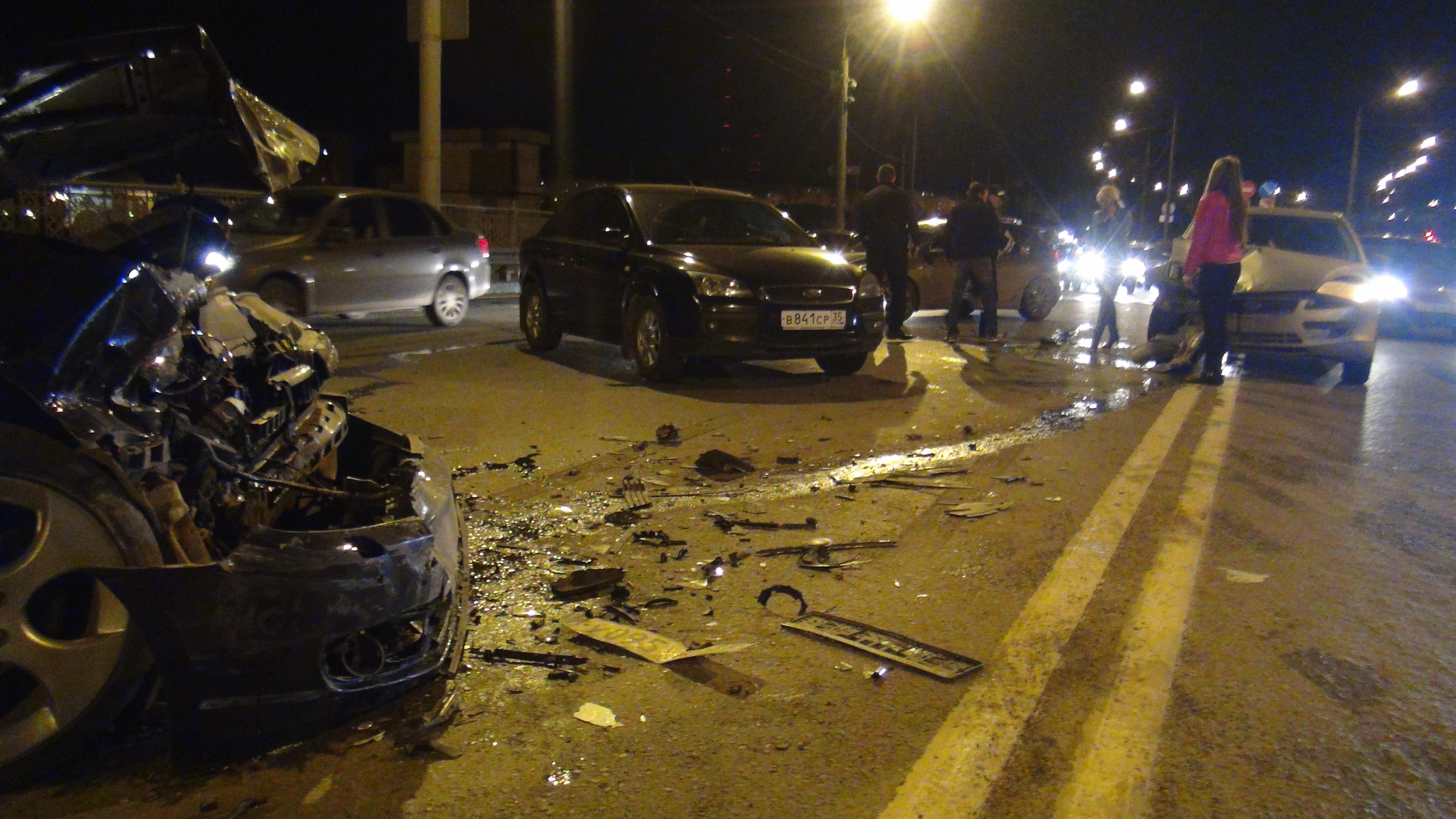 Три машины столкнулись ночью на Октябрьском мосту в Череповце