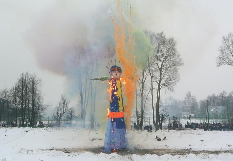 Зима задержится в Вологде - чучело Масленицы отказалось гореть