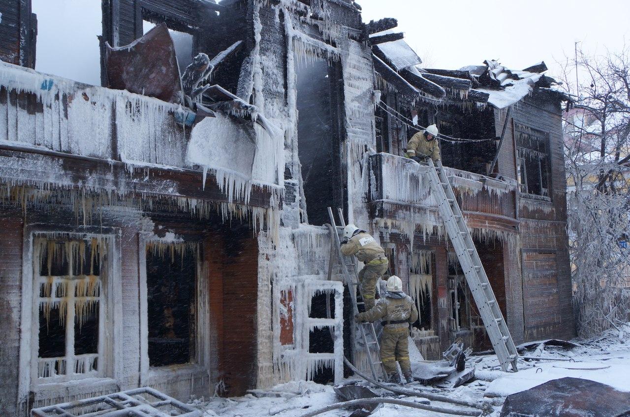 В центре Вологды сгорел двухэтажный деревянный дом