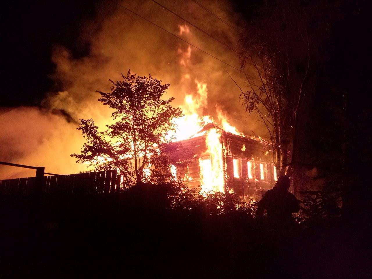 В Соколе пожарные 4 часа тушили дом рядом со своей пожарной частью