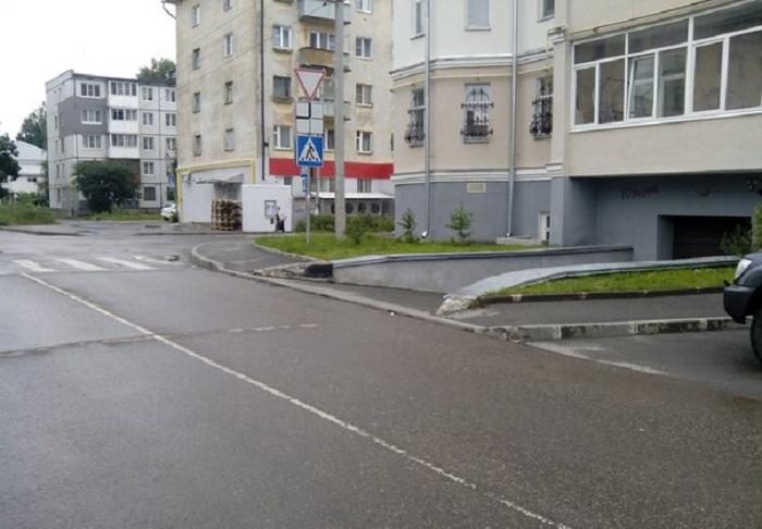 Очевидное-невероятное: в Вологде пешеходам на улице Самойло сказали ходить по дороге наравне с машинами