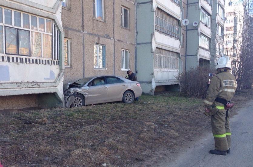 В Череповце «Тойота» врезалась в балкон жилого дома