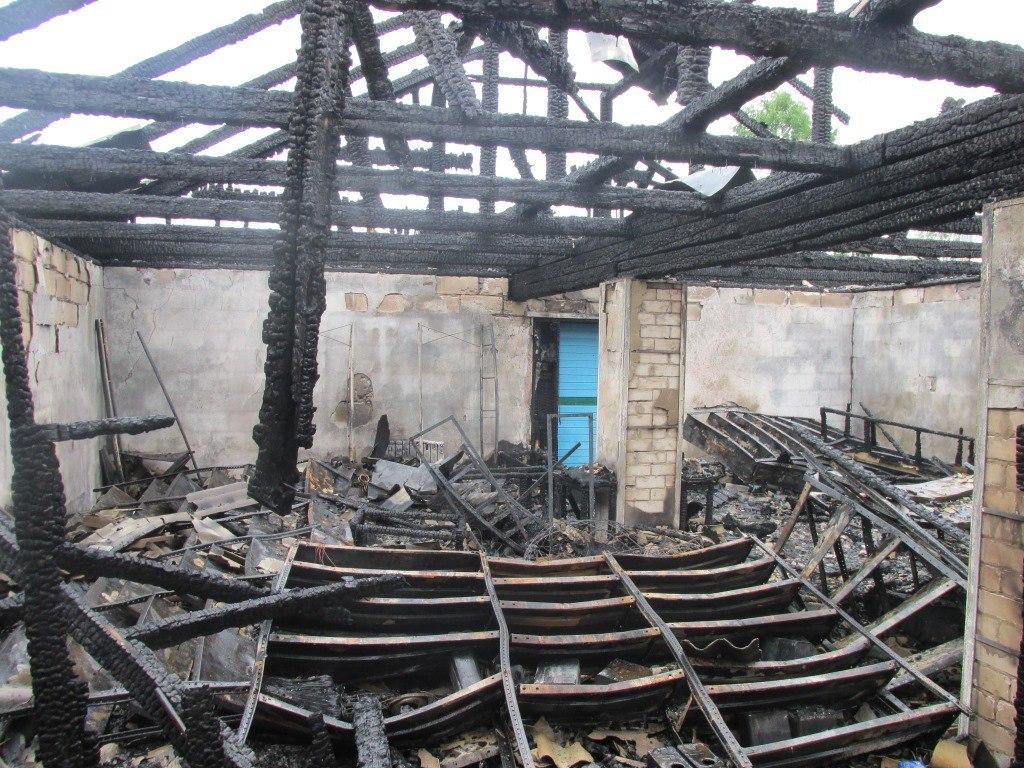 В Чагоде сгорел магазин автозапчастей: хозяин закурил